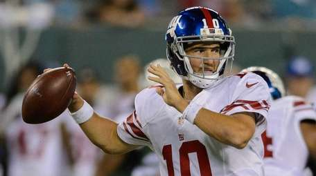 New York Giants quarterback Eli Manning (10) makes