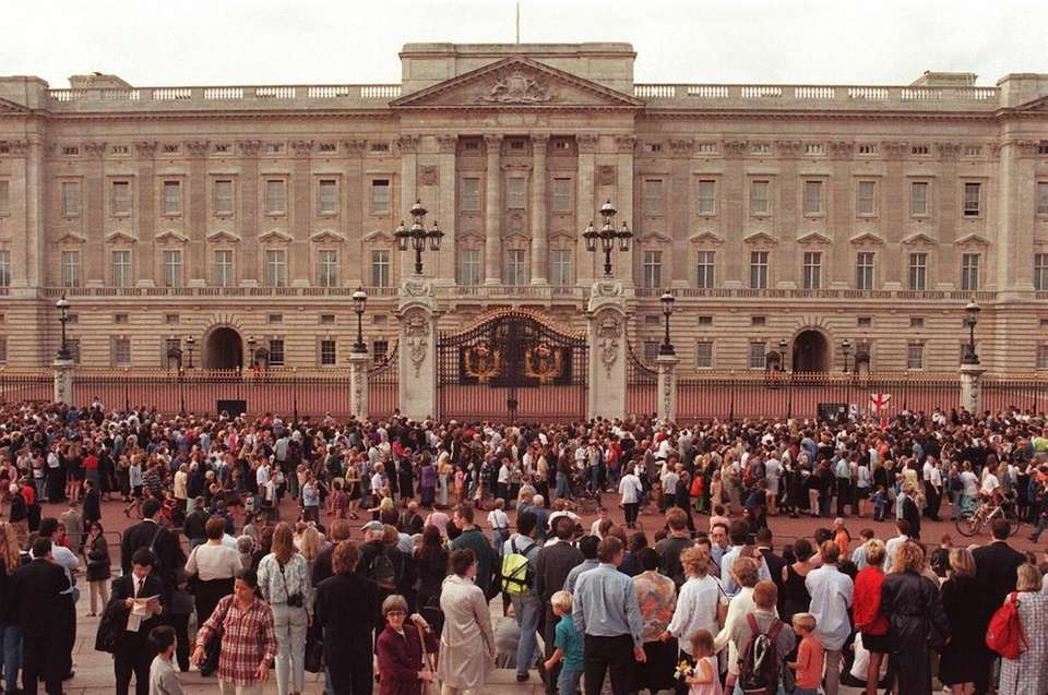 Crowds flock to Buckingham Palace, on Sept. 1,