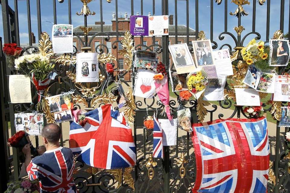 Tributes are left in memory of Diana, Princess