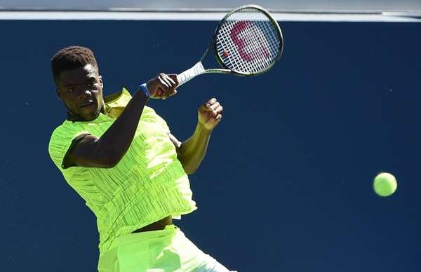 Frances Tiafoe (USA) returns to John Isner (USA)