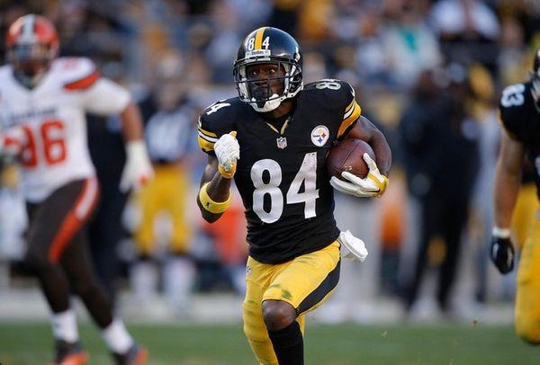 Antonio Brown of the Pittsburgh Steelers runs the