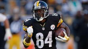 Antonio Brown of the Pittsburgh Steelers runs the