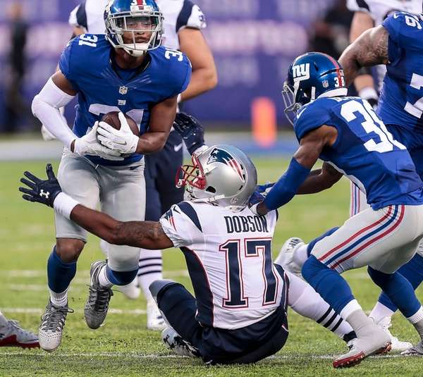 Trevin Wade of the Giants takes the ball