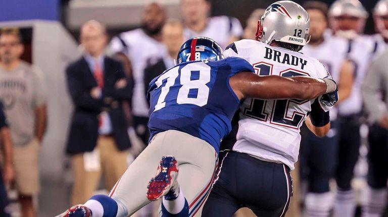 Romeo Okwara of the Giants takes Tom Brady