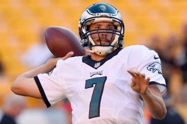 Former Philadelphia Eagles quarterback Sam Bradford warms up