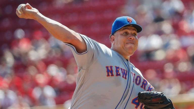 New York Mets starting pitcher Bartolo Colon throws