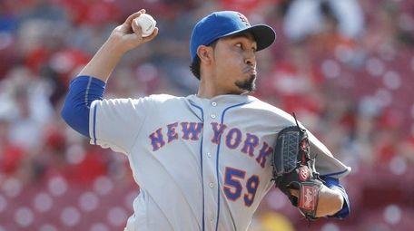 New York Mets relief pitcher Fernando Salas throws