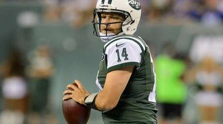 Jets quarterback Ryan Fitzpatrick looks to throw a