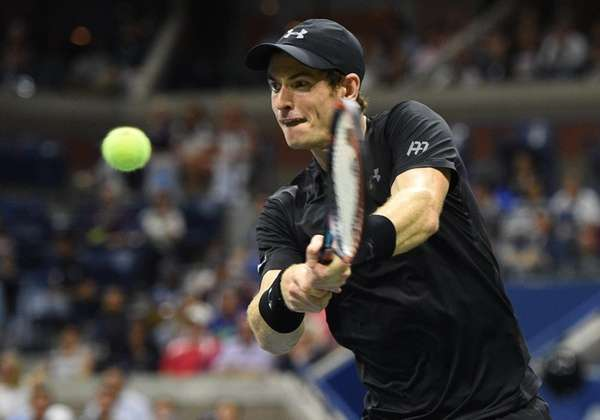 Andy Murray returns to Grigor Dimitrov during the