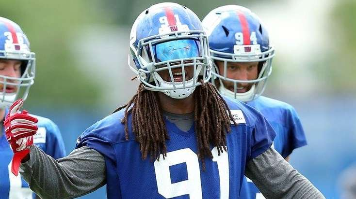 Giants linebacker Kelvin Sheppard calls to the defense