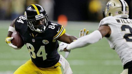 Pittsburgh Steelers wide receiver Antonio Brown runs