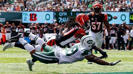 Dre Kirkpatrick #27 of the Cincinnati Bengals commits