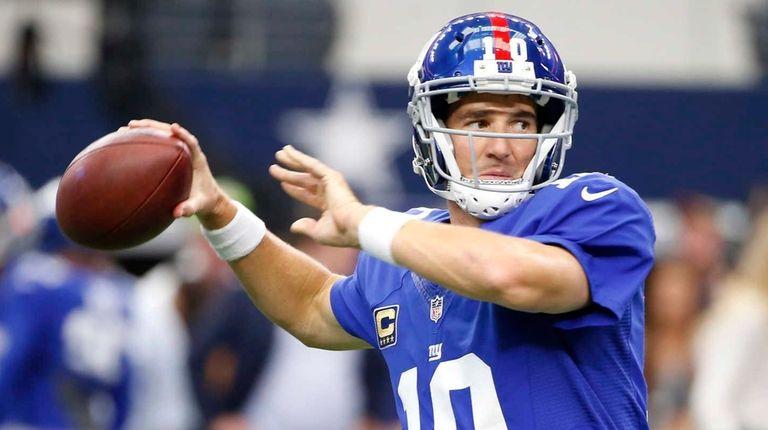 New York Giants quarterback Eli Manning (10) prepares