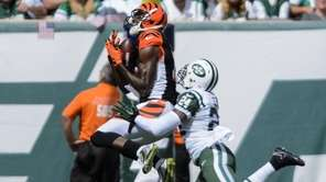 Cincinnati Bengals wide receiver A.J. Green pulls in
