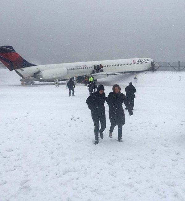 Twitter photo of Passengers depart the Delta aircraft