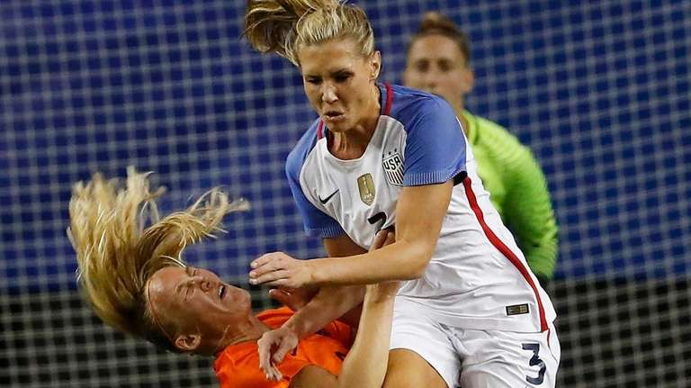 USA's Allie Long (3) and Netherlands' Stefanie van