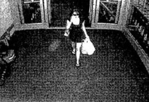 Casey Anthony leaves a store with her packages.