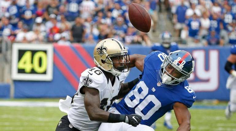 Giants wide receiver Victor Cruz fumbles the ball