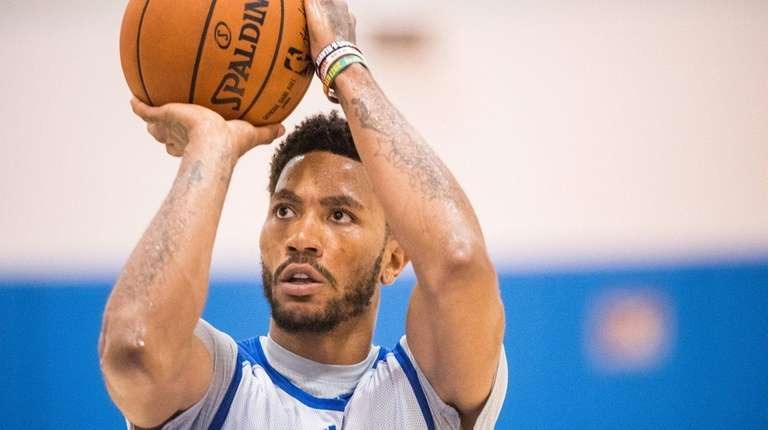 New York Knicks guard Derrick Rose practices during