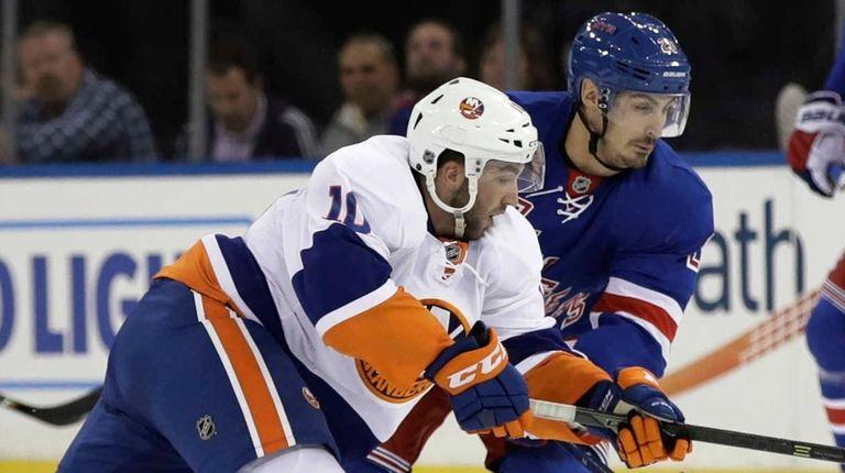 New York Islanders' Alan Quine (10) and New