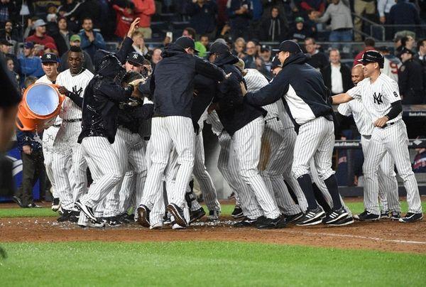 New York Yankees players mob Mark Teixeira at