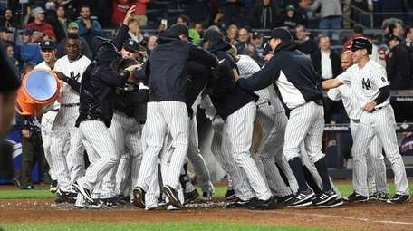 New York Yankees players mob Mark Teixeira at