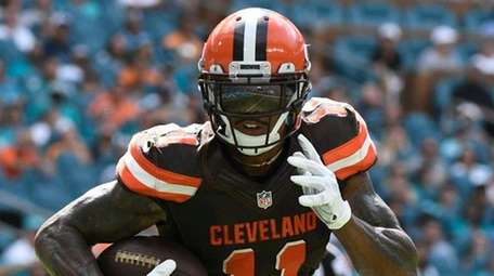 Terrelle Pryor of the Cleveland Browns rushes for