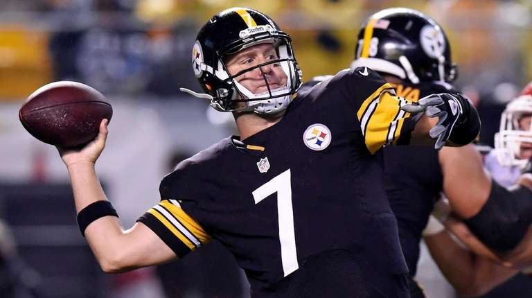 Pittsburgh Steelers quarterback Ben Roethlisberger passes during the