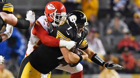 Pittsburgh Steelers quarterback Ben Roethlisberger is sacked by
