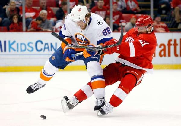 New York Islanders left wing Nikolay Kulemin and