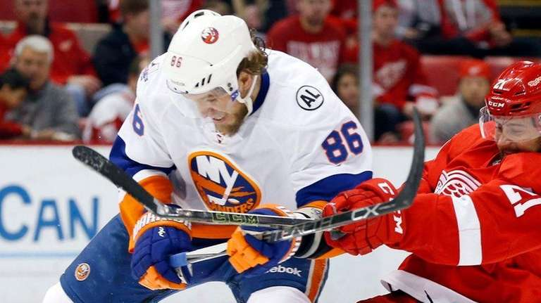 New York Islanders left wing Nikolay Kulemin and