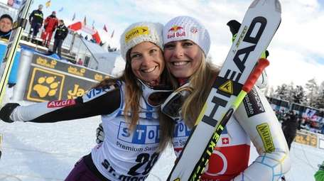 Lindsey Vonn, right, celebrates with Julia Mancuso after