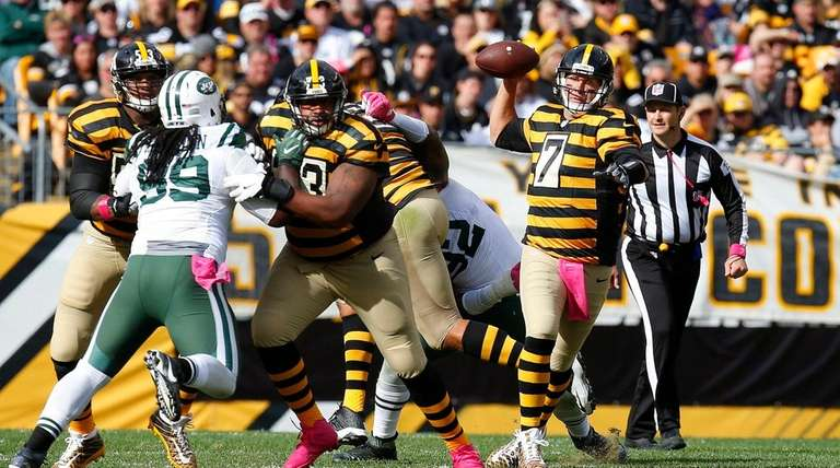 Ben Roethlisberger of the Pittsburgh Steelers rolls out