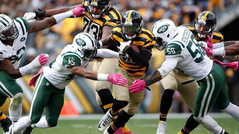 Le'Veon Bell of the Pittsburgh Steelers tries