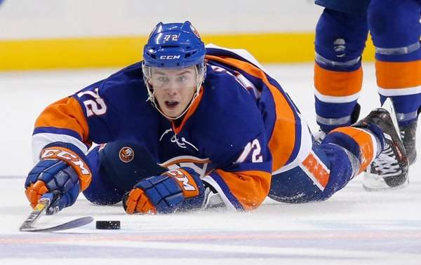 New York Islanders left wing Anthony Beauvillier tries