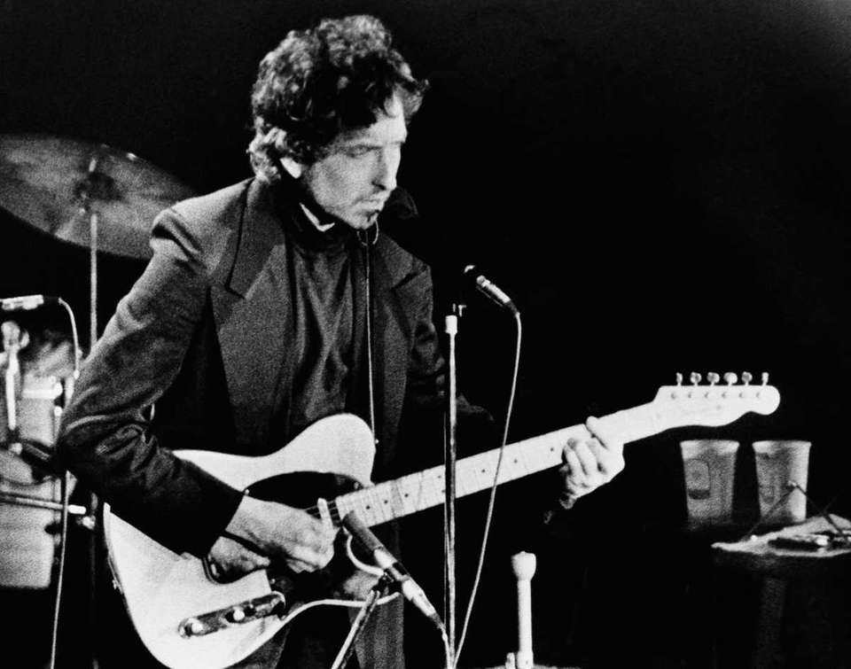Singer-songwriter Bob Dylan performs for more than 17,000