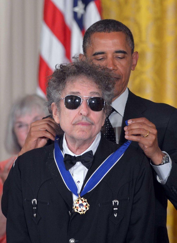President Barack Obama presents the Presidential Medal of