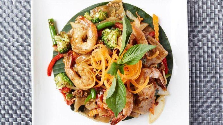 Rice noodles with shrimp highlight the basil drunken