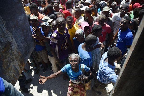 Victims of Hurricane Matthew in Haiti receive food
