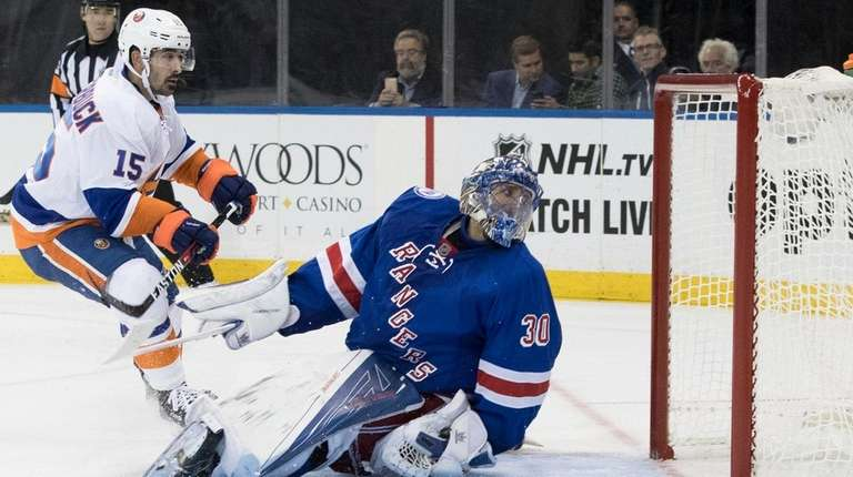 New York Islanders right wing Cal Clutterbuck (15)