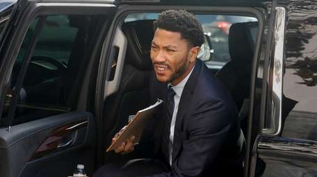New York Knicks point guard Derrick Rose arrives