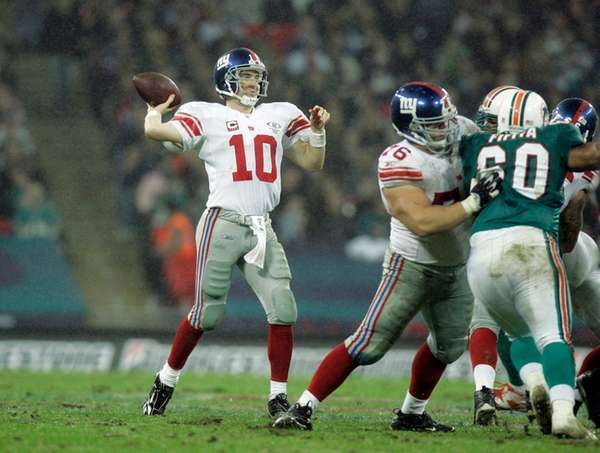 New York Giants' Eli Manning passes against the