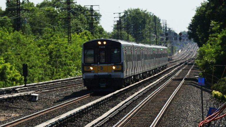 A LIRR train comes into Floral Park station
