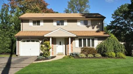 This Central Islip splanch has three bedrooms and