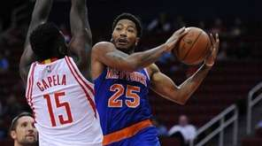 New York Knicks guard Derrick Rose (25) drives