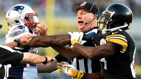 Pittsburgh Steelers wide receiver Antonio Brown, right, and