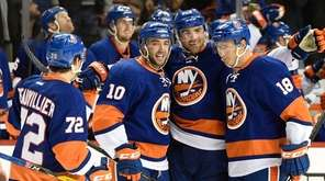 New York Islanders left wing Anthony Beauvillier, center