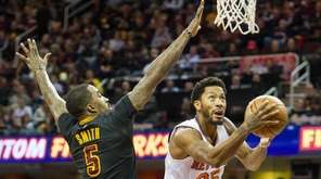 New York Knicks' Derrick Rose drives past Cleveland
