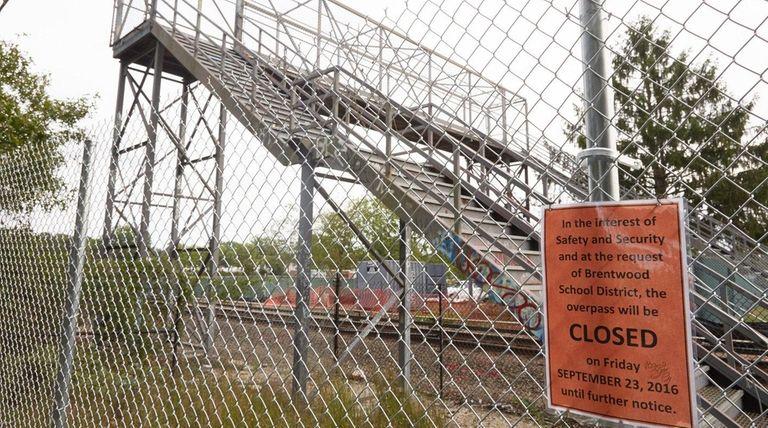 A closure sign is shown near an LIRR