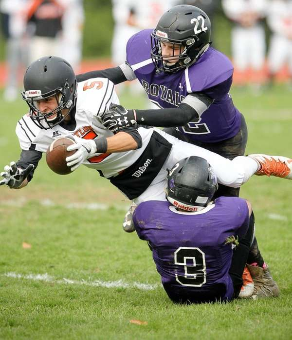 Babylon's Shawn Kaminsky (5) makes a catch and